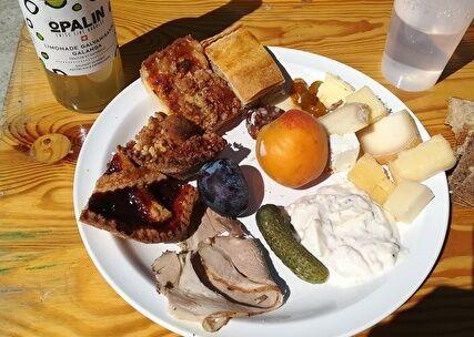 バイキング用の白い皿にタルトやチーズ、フルーツが盛られている。