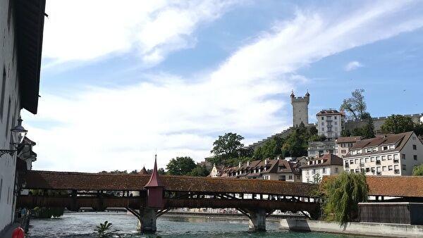 シュプレイヤー橋。木造の屋根付きの橋と旧市街が見える。遠景に塔も見える。