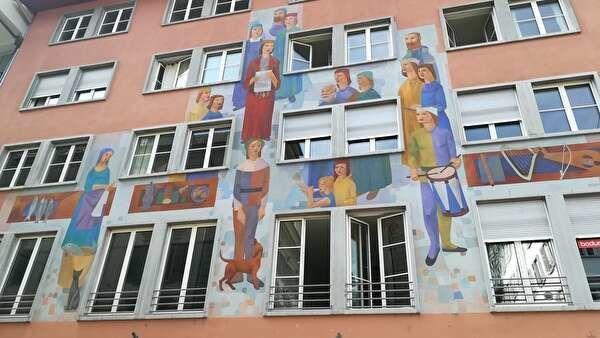 宗教的な壁画が美しい建物