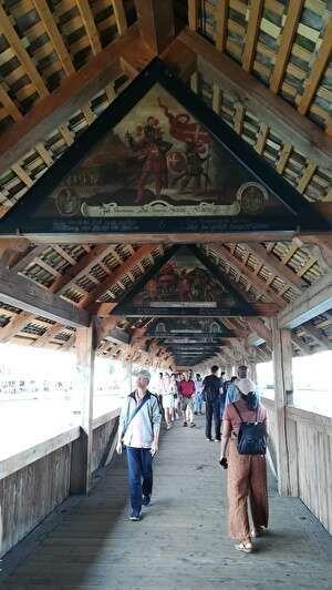 カぺル橋の中の様子。天井には三角の板絵が飾られている。