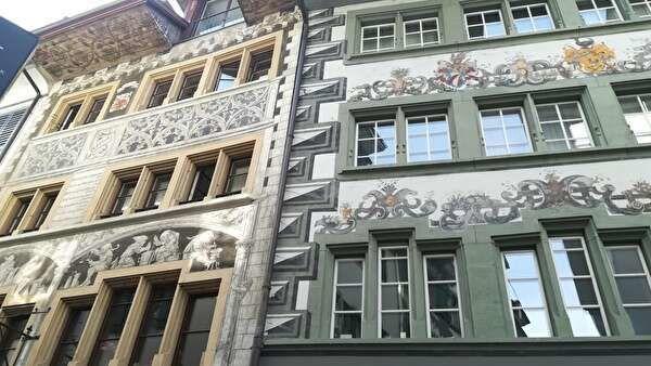 壁画や装飾が美しい建物