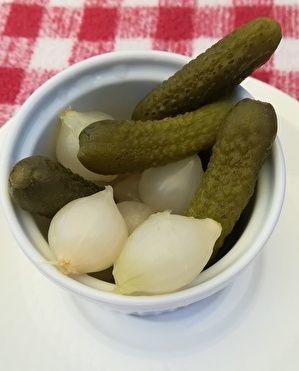 白い器にガーキンや玉ねぎのピクルスが盛られている。