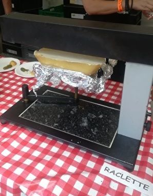 半月型のチーズが調理器につけられて熱でとろけている。