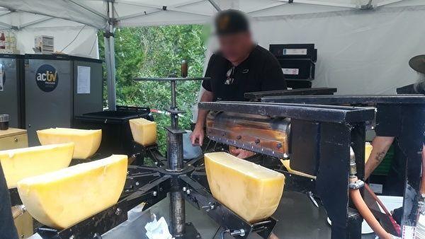 半月型チーズがいくつも調理器につけられている。