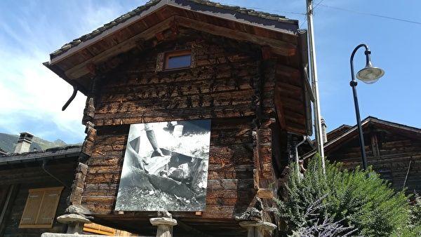 スイスの古いシャレーの壁に白黒の写真が展示されている。