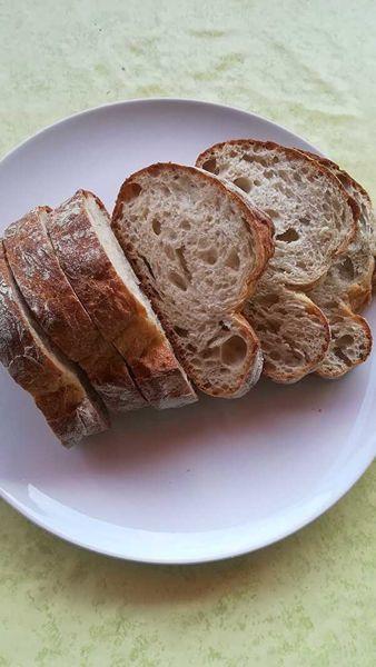 白い皿に厚切りにしたパン・ド・カンパーニュがのっている。