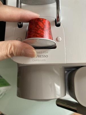 ネスプレッソ ラティシマ・ワンにコーヒーカプセルをセットする写真
