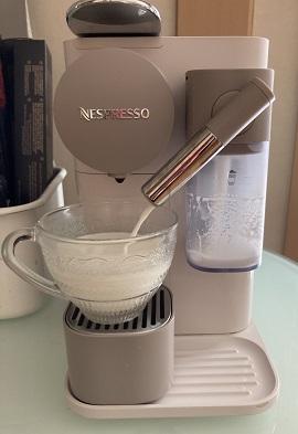 ネスプレッソ ラティシマ・ワンでミルクが注がれる様子