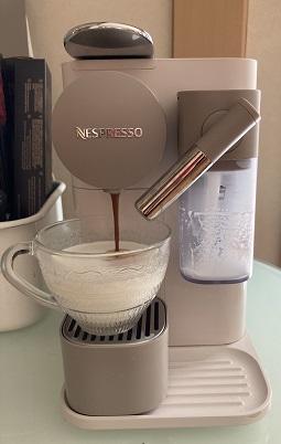 ネスプレッソ ラティシマ・ワンでコーヒーが注がれる様子