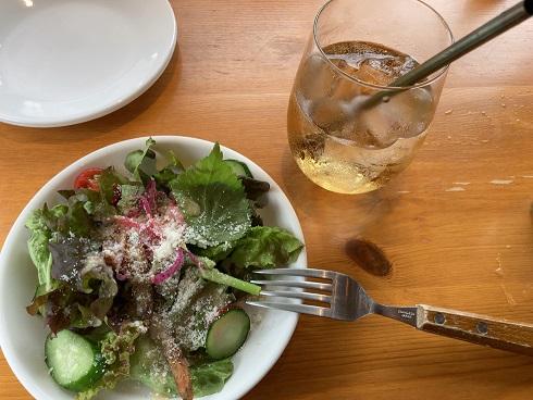 ロルノのランチセットにおけるサラダとドリンク