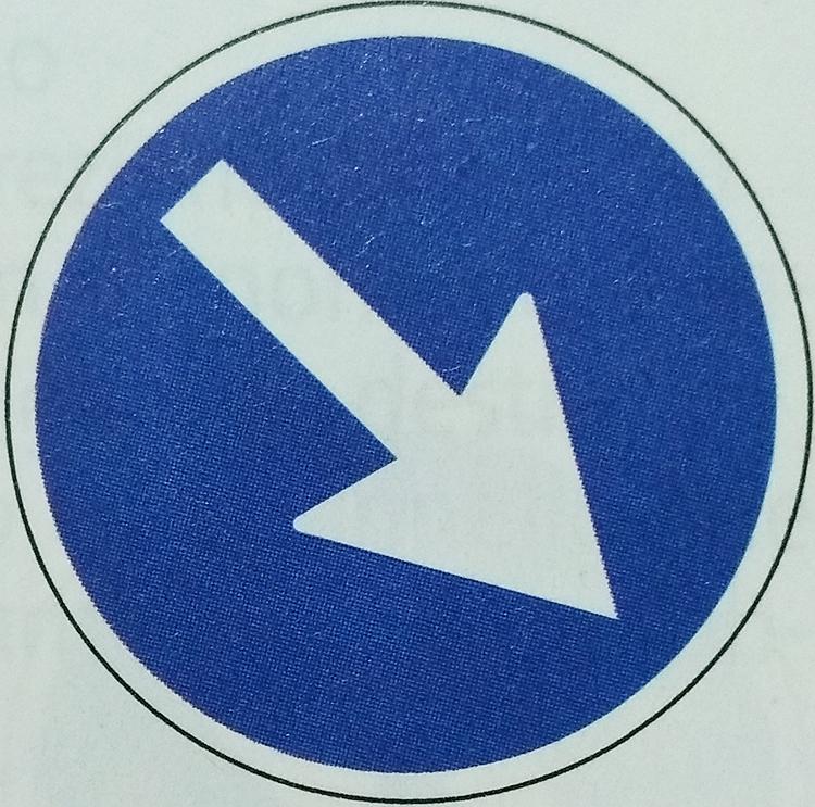 強制的に右へ通過する標識 イメージ画像