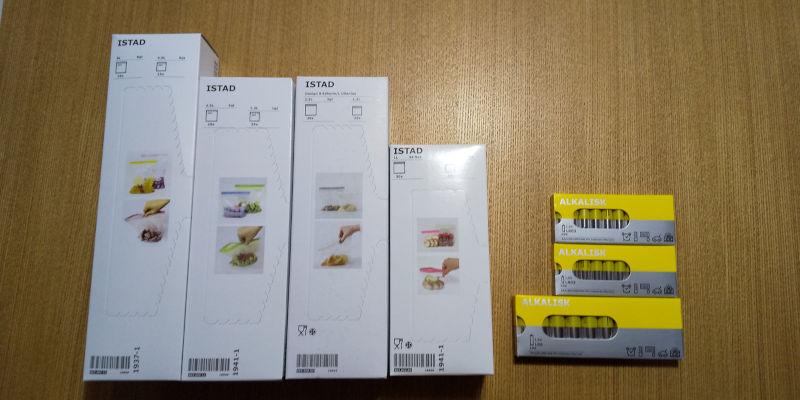 IKEAで購入したフリーザーバッグとアルカリ電池の写真