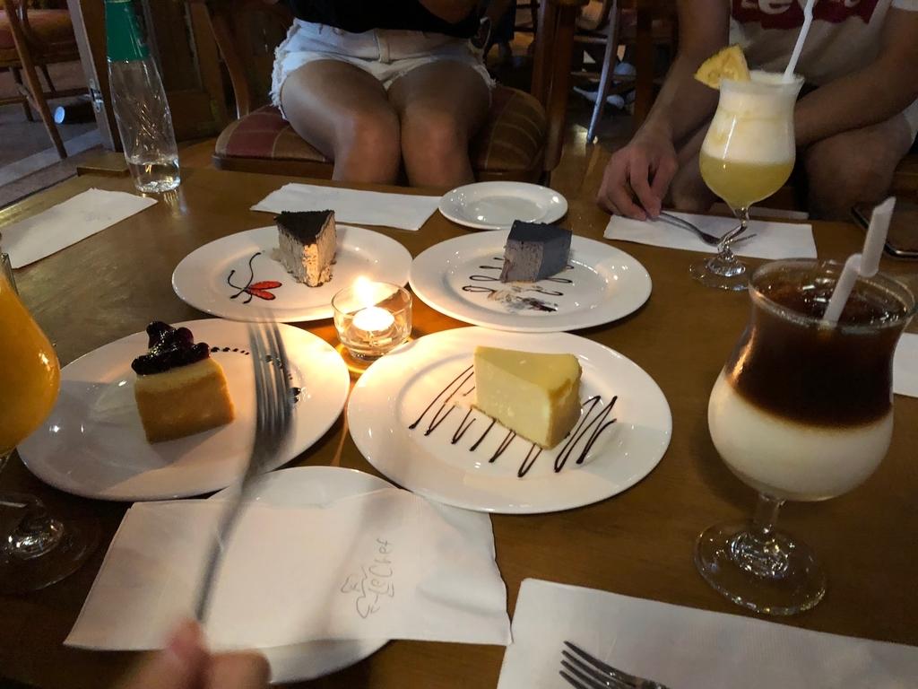 チーズケーキとカフェラテの写真