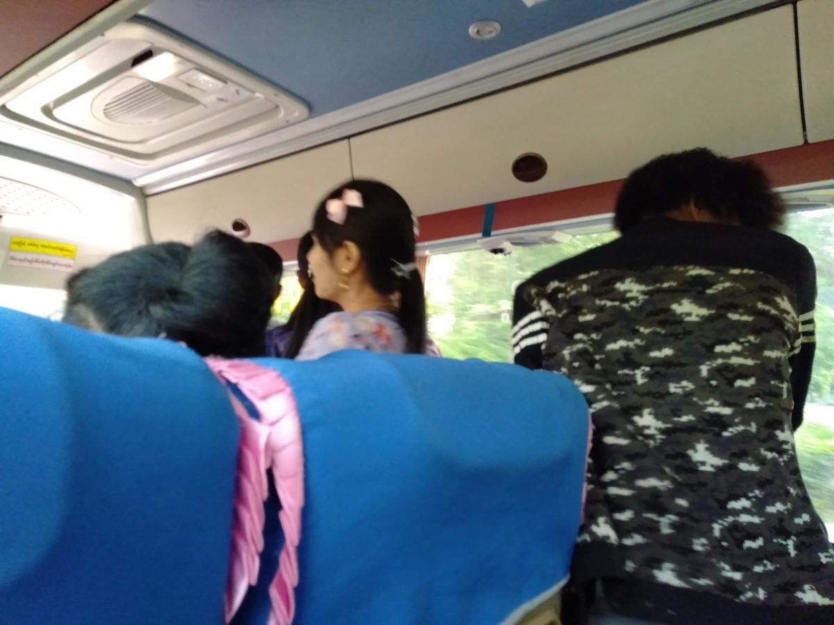 バスの中でひしめきあうミャンマー人