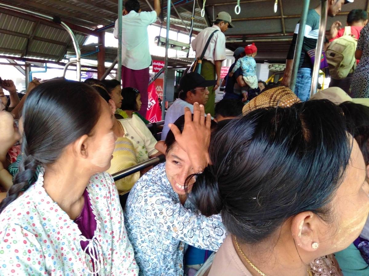 トラックの中にたくさんのミャンマー人