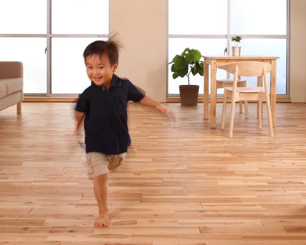 走り回る2才の子ども