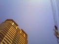 青い空に高層マンションと電線=都会
