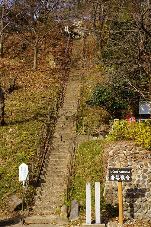 岩谷観音の急な階段