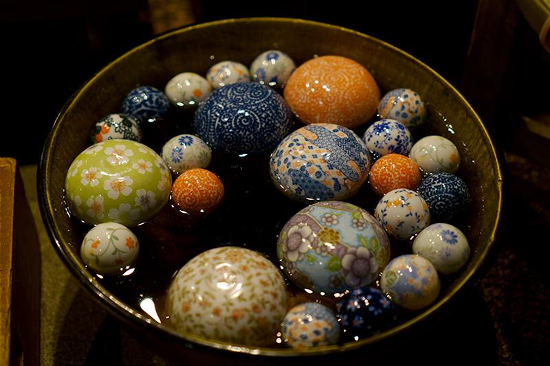 水に浮かぶ陶器の玉