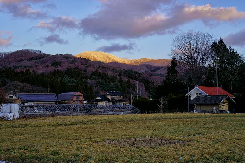 夕陽に染まる六角牛山