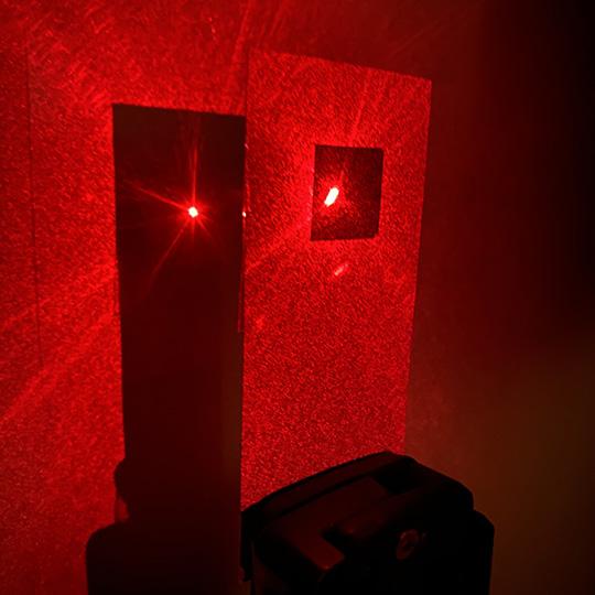 レーザーポインター照射