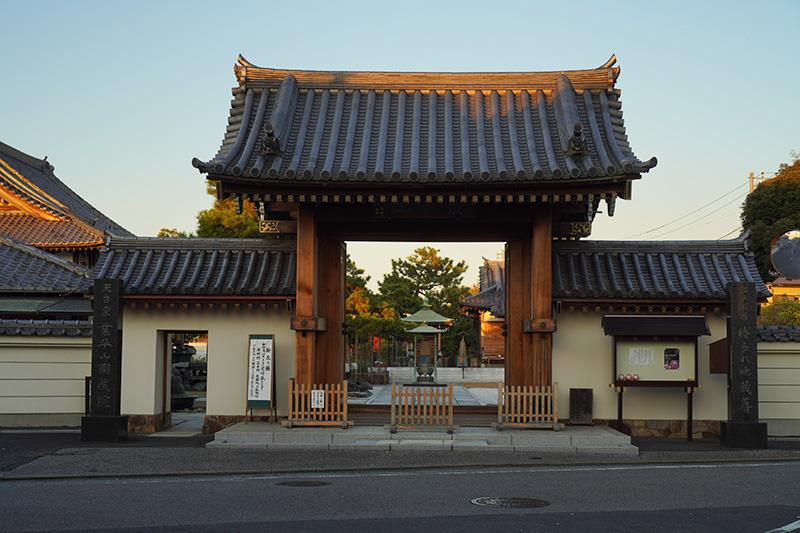 南蔵院の門