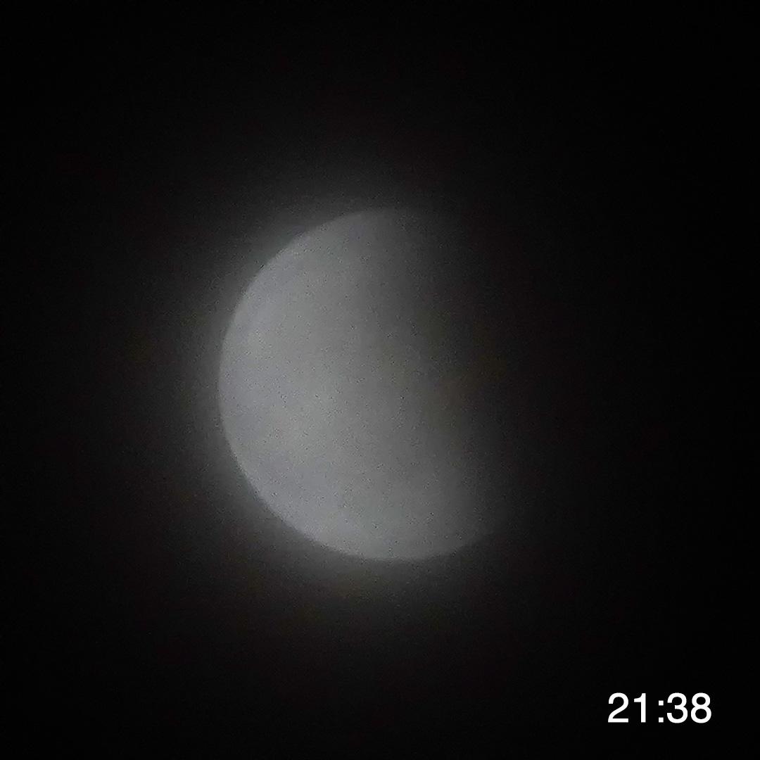 地球の影から出てくる月