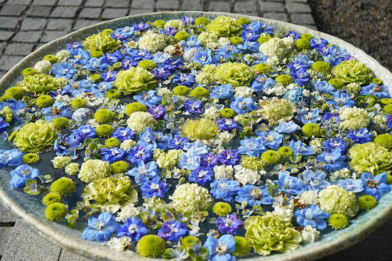青い花手水