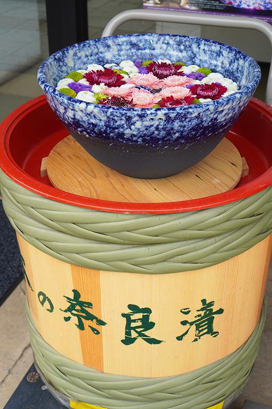 漬物樽の上の花手水