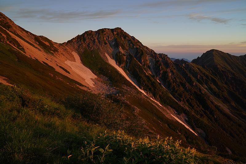 朝日に照らされるスバリ岳