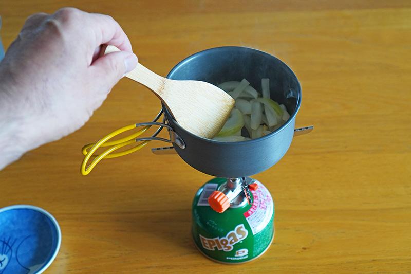 玉ねぎとにんにくを炒める