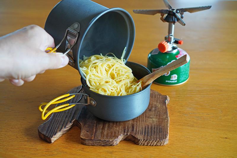 麺をソースに投入