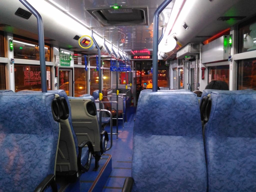 台北市内の路線バスの車内