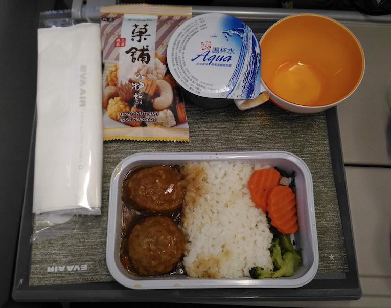 エバー航空のエアバスA330-300型機香港便の機内食