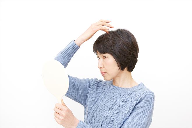 白髪を切るとピンと立つ原因って?