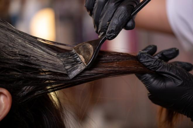 白髪がうねる原因4:度重なる白髪染めなどによるダメージ