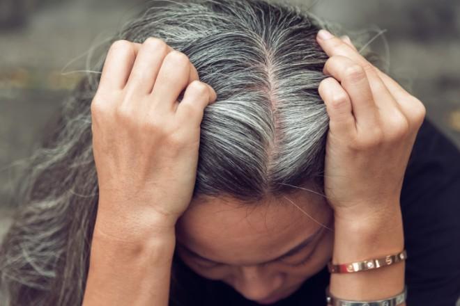 白髪のロングヘアは汚い?老けて見える?