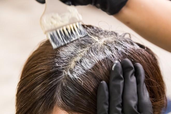 白髪が増えるリスクを抑える白髪染めの方法