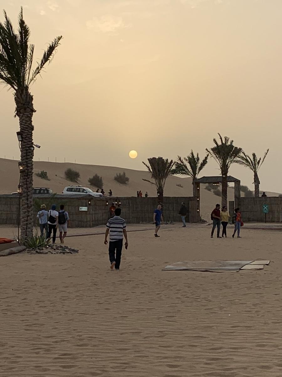 砂漠の日の入りの写真