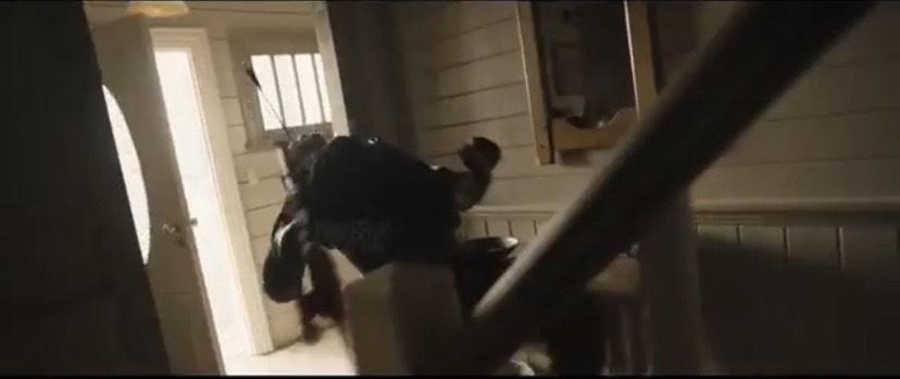 家でボウガンを撃たれる敵