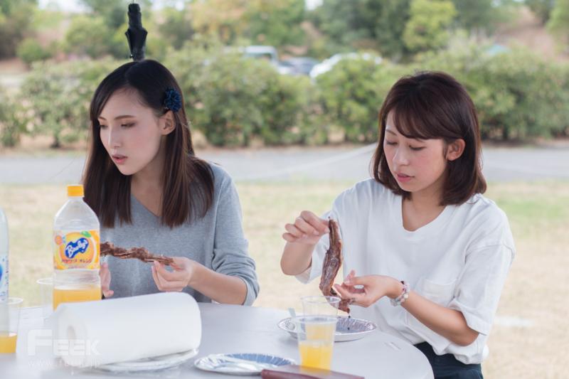 骨付きカルビを食べるモデル達