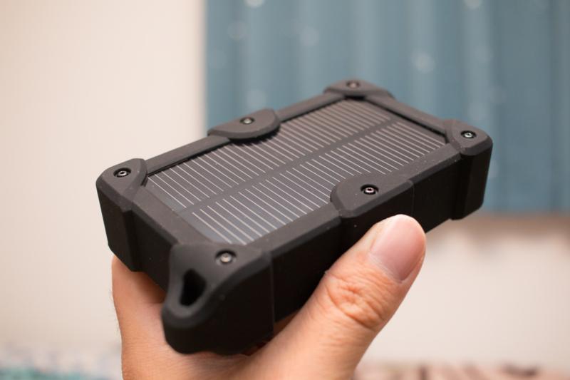 ずっしり感はあるが、頼れるEC Technologyのソーラー充電付きモバイルバッテリー