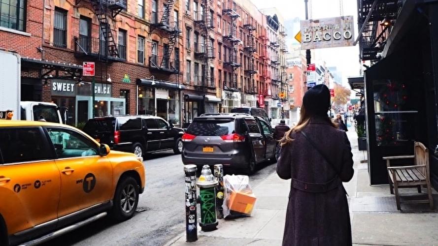 ニューヨークの街を見ているホームシックの女性
