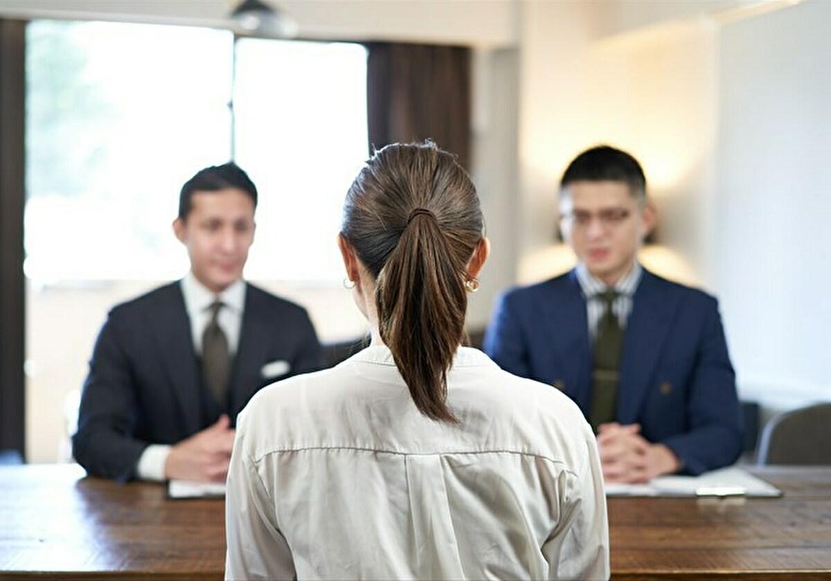 帰国子女枠で面接試験を受けている女性 イメージ