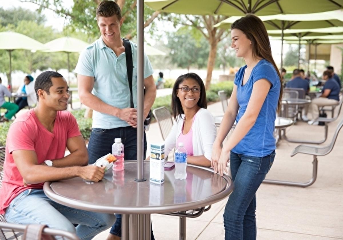 アメリカの学生と留学生が寛いでいるところ イメージ