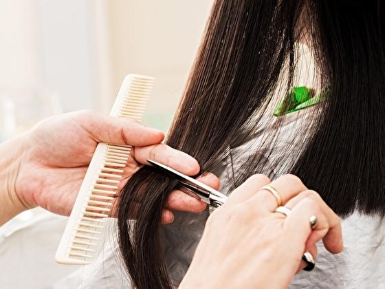 スーパーカットで髪を揃える女性(イメージ)