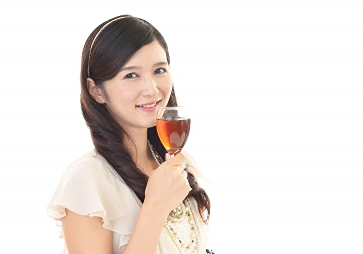アメリカでのパーテイーに出席する日本女性(イメージ)