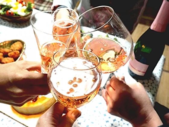 アメリカのパーティーで乾杯するところ(イメージ)
