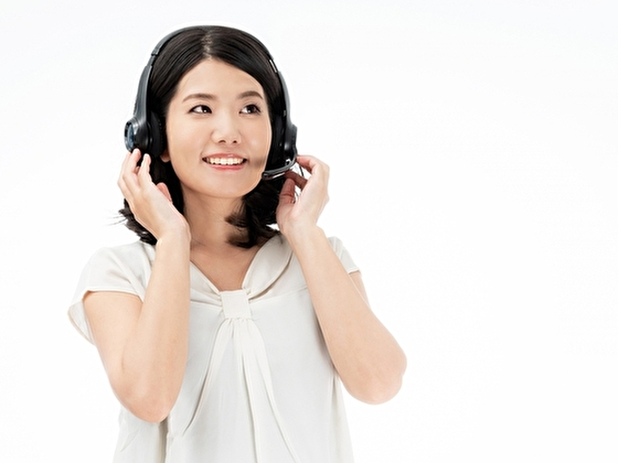 英語聞き流しをする女性 イメージ