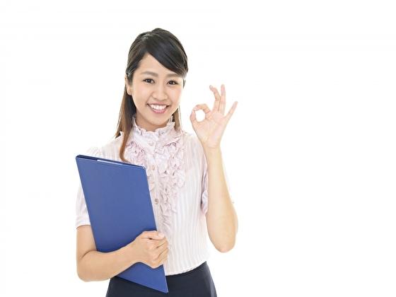 柔軟にアメリカで仕事をする日本人女性 イメージ